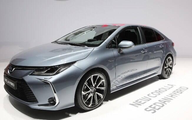 Logo depois que o Chevrolet Cruze renovado chegar ao Brasil, o sedã da GM terá que enfrentar o  Corolla híbrido