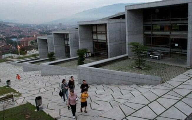 A reurbanização também deu à Comuna 13 uma biblioteca que virou uma referência cultural e educacional