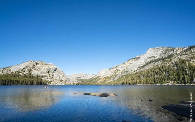Lago Tenaya em meio aos picos de granito do Parque Nacional de Yosemite