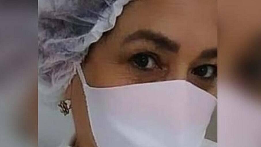 Cláudia Mônica Pinheiro Torres de Freitas é cuidadora e se passou por enfermeira para aplicar vacinas
