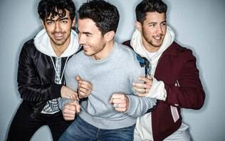 Jonas Brothers voltam, lançam nova música com clipe e fazem apresentação ao vivo
