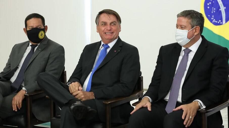 Presidente Bolsonaro sorri durante cerimônia em Brasília