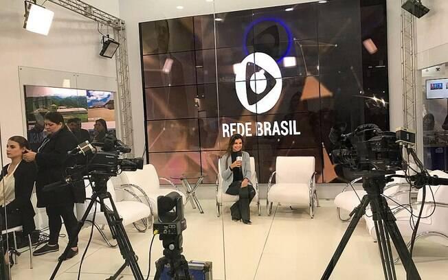 A apresentadora Amanda Françozo no estúdio da Rede Brasil montado dentro do estande na Expo Cristã
