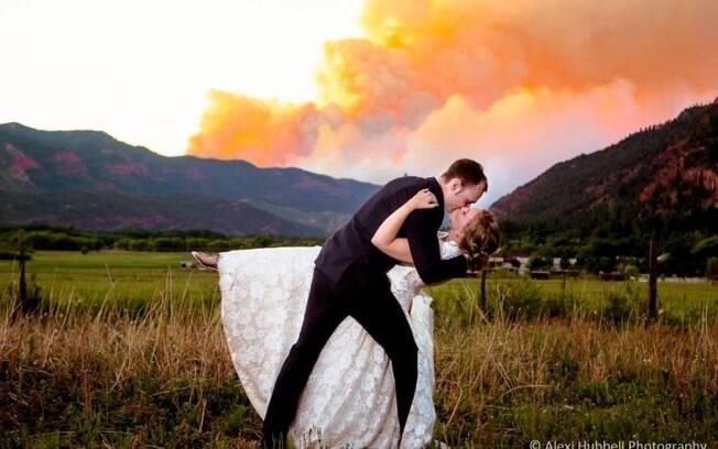 Sara e Michael Kramer estão bombando nas redes socais após fazer um saio de casamento com o incêndio de fundo