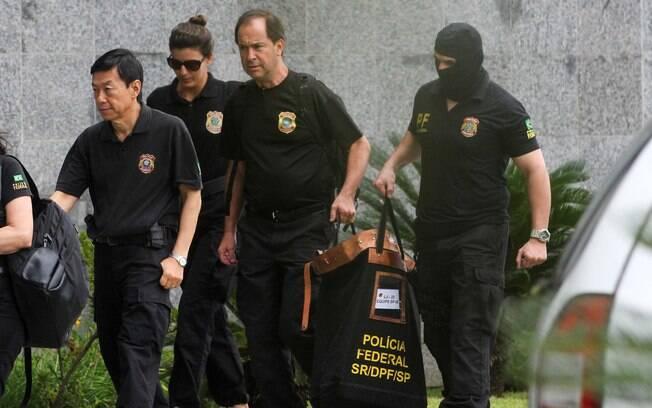 Agentes da PF chegam com malotes à sede da Polícia Federal em São Paulo