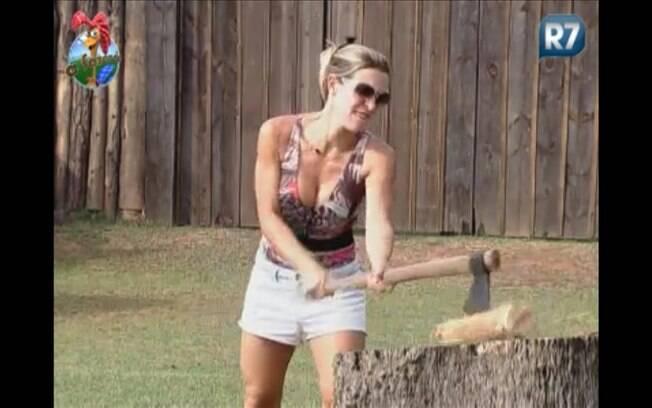 Personal trainer usa toda a sua força para tentar cortar a lenha