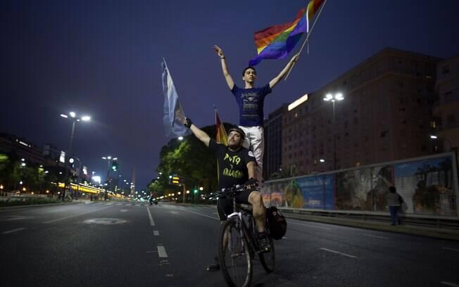 Manifestantes criticaram o papa e pediram uma lei que criminaliza homofobia