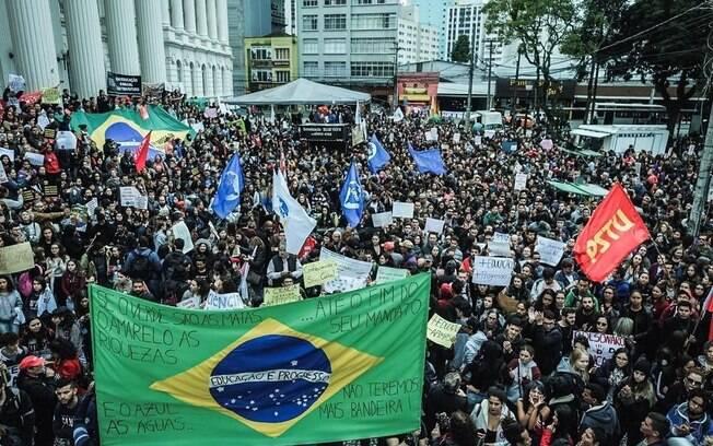 Alunos e professores de todo o Brasil fazem paralisações e atos contra o corte de 30% no orçamento anunciado pelo MEC