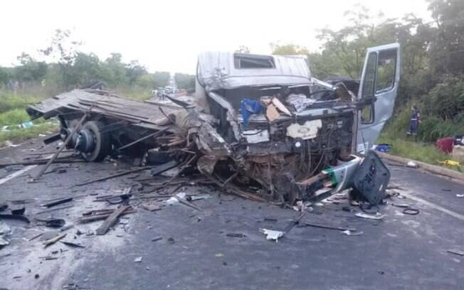 Acidente em Minas Gerais envolveu duas carretas, um micro-ônibus e uma van; ainda não se sabe o motivo do acidente