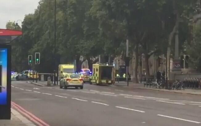 Área atingida é repleta de atrações turísticas em Londres; fotos e vídeos mostram forte presença da polícia