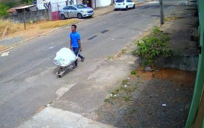 A Polícia Civil encontrou o corpo em uma rua da cidade de Aparecida de Goiânia.