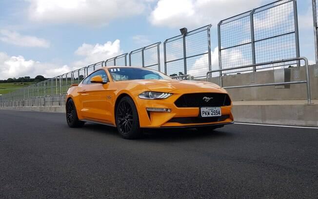 Ford Mustang GT: cupê de 466 cv se prepara para sair dos boxes para entrar na pista e mostrar do que é capaz
