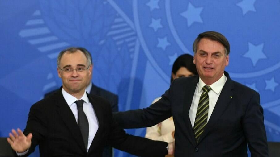 Presidente Jair Bolsonaro ao lado de André Mendonça, indicado ao STF