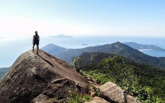 Trilhas como as que levam ao topo do Pico do Papagaio têm fortalecido o turismo para além das praias de Ilha Grande