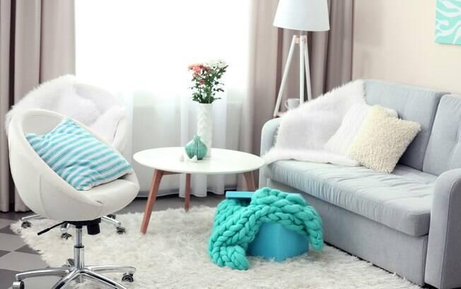 Cores claras e neutras podem ajudar sua sala pequena parecer um pouco maior, segundo a arquiteta Bárbara Jalles