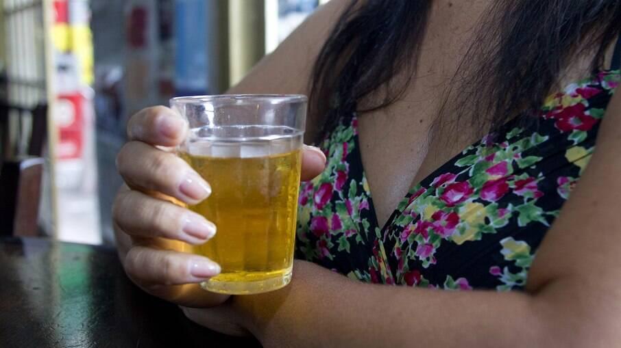 A pesquisa, divulgada na quarta-feira (19), mostrou ainda que quanto maior a quantidade de álcool ingerida, maior é o dano ao cérebro e pior o desempenho de suas funções