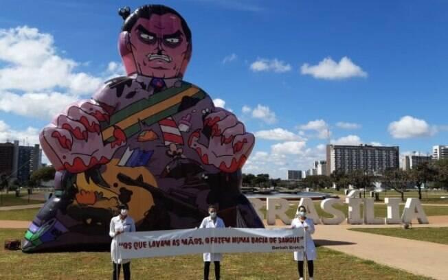 Bolsonaro é ironizado por enfermeiros em protesto