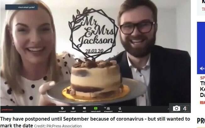 casal e bolo de casamento em chamada de vídeo