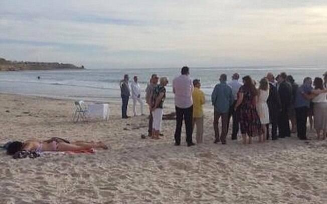 Foto da turista relaxando na praia enquanto o casamento acontece viralizou nas redes sociais após post no Instagram