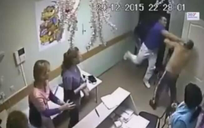 Momento em que o médico ataca violentamente homem de 56 anos diante das colegas incrédulas