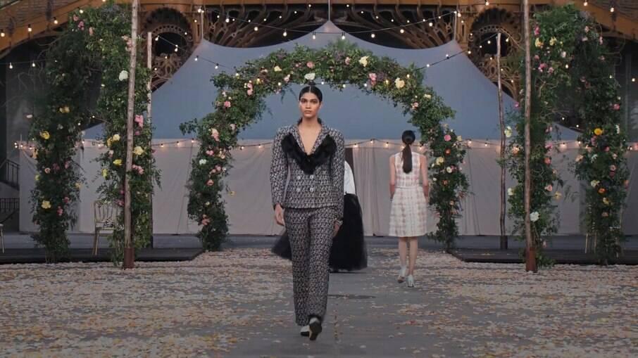 Raynara Negrine em desfile para a Chanel
