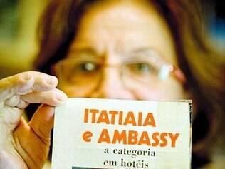 Zolma exibe antigo recorte de revista sobre o Edifício Itatiaia