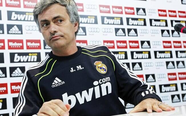 José Mourinho faz cara feia em coletiva.  Barcelona pedia punição ao português por suas  declarações