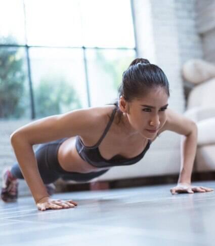 Aprenda série de 11 minutos para treinar os braços em casa