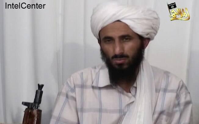 O então líder da Al-Qaeda na Península Arábica identificado pelo IntelCenter como Nasir al-Wahishi durante encontro no Iêmen (Arquivo)