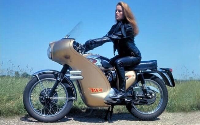 A atriz italiana Luciana Paluzzi na BSA Lightning 1965 equipada com foguetes
