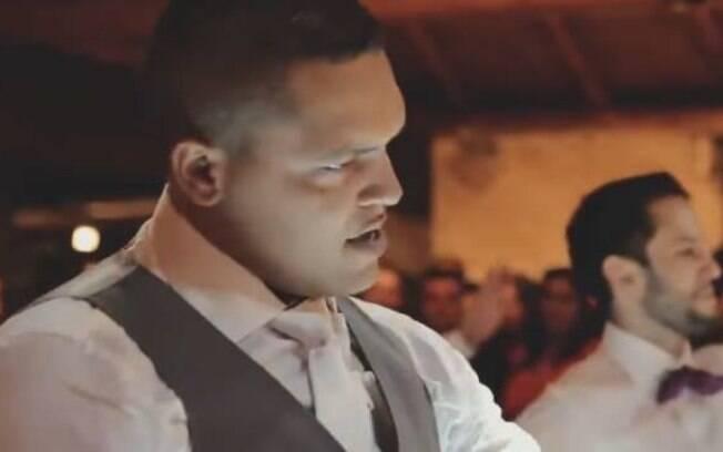 Noivo dança em festa de casamento e surpreende a todos