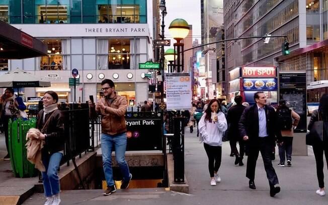 Grandes cidades estão oferecendo cursos, empregos e garantia de habitação para imigrantes e refugiados