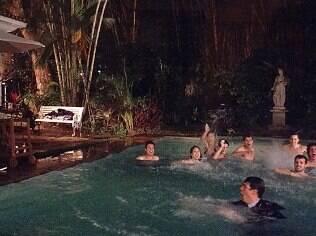 Félix dá chilique e filho o joga na piscina de terno e gravata