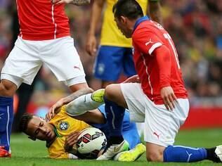 Neymar sofre pisão de Medel no 1° tempo