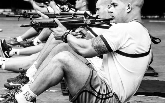 Diariamente o Policial de ROTA é submetido a três horas de treinamentos físicos, acadêmicos e de uso de equipamentos. Repare que enquanto o Soldado PM Gomes faz abdominais segurando sua arma,  seu dedo indicador está fora do gatilho, seguindo protocolo padrão de segurança da PM para treinamentos e abordagens reais
