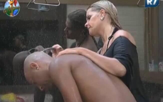 Monique Evans ajudou Dinei a raspar a cabeça