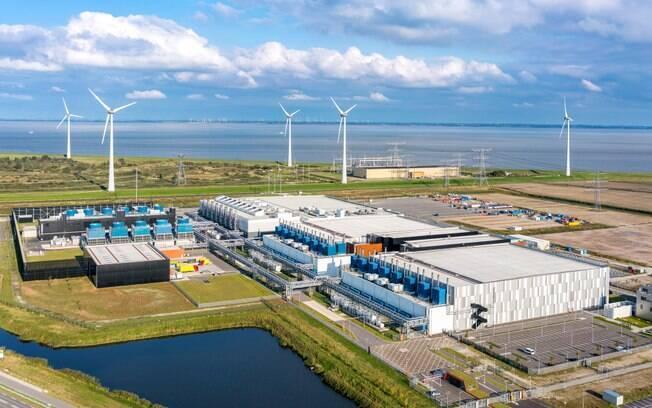 Prédio do Google na Holanda tem turbinas eólicas para produção de energia renovável.