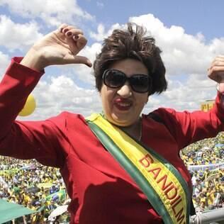 Manifestante ironiza Dilma durante protesto na esplanada dos ministério em 12 de abril