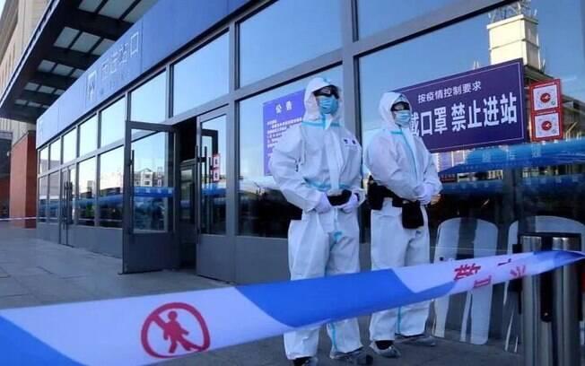 Policiais, em trajes de proteção, estavam de guarda do lado de fora de uma estação de trem em Jilin