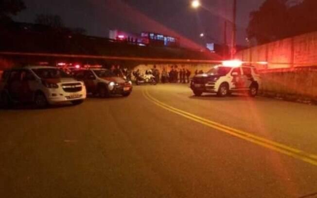 Dois suspeitos foram baleados e morreram no local