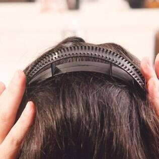 Sem medo: o bump it, bem encaixadinho, não machuca e não aparece no penteado