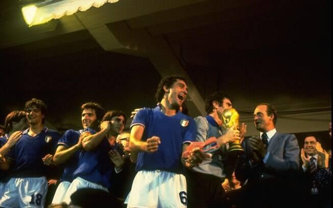 O goleiro italiano Dino Zoff ergueu a Copa do Mundo de 82 aos 40 anos