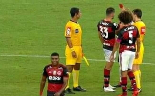 Que isso! Jogador do Flamengo pega cartão de árbitro e 'expulsa' jogador do Sport