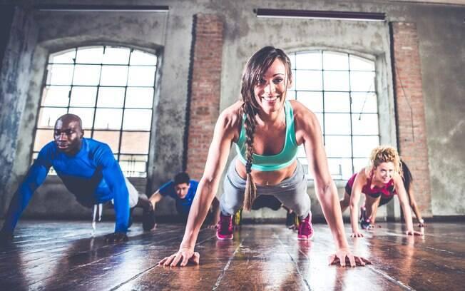 Flexão de braços, segundo o personal trainer Giuliano Cangiani, é um dos exercícios mais completos