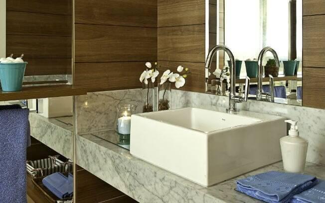 O modo de organizar sua pia do banheiro da suíte pode ser uma maneira criativa de decorar o banheiro da casa