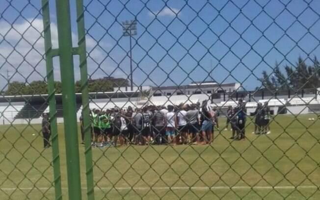 Torcida do Ceará invade treino