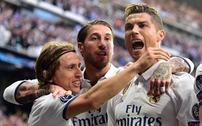 Cristiano Ronaldo comemora um dos seus gols pelo Real Madrid contra o Atlético de Madri com Modric e Sergio Ramos