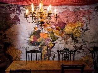 Um mapa gigante toma a parede da sala de jantar da família, nos Estados Unidos