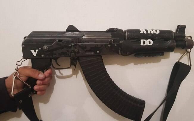 Pelo menos um fuzil e quatro pistolas foram apreendidos após duas trocas de tiros entre policiais militares e criminosos