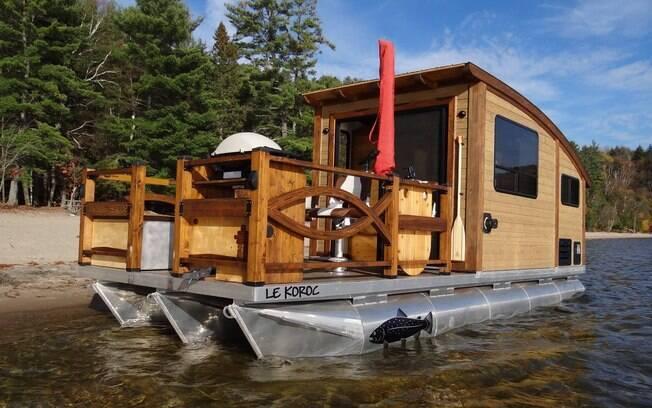 A mini casa flutuante tem cerca de 23 metros quadrados divididos entre uma área externa e uma interna
